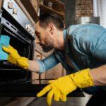 Jak vyčistit troubu - klasickou na pečení či mikrovlnku? V podstatě velmi jednoduše - vyzkoušejte osvědčené tipy a triky!
