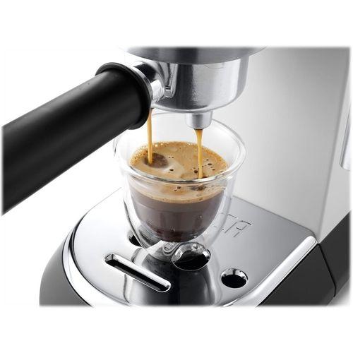 Pohár s kávou pod portafiltrom