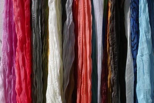 Takové jemné tkaniny nikdy neperte spolu s těžkým, tvrdým oblečením