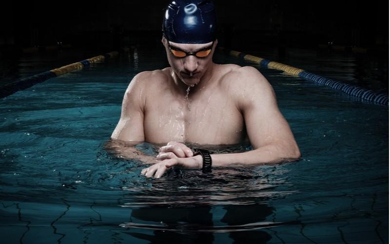 Muž pod vodou s hodinkami Huawei Watch GT