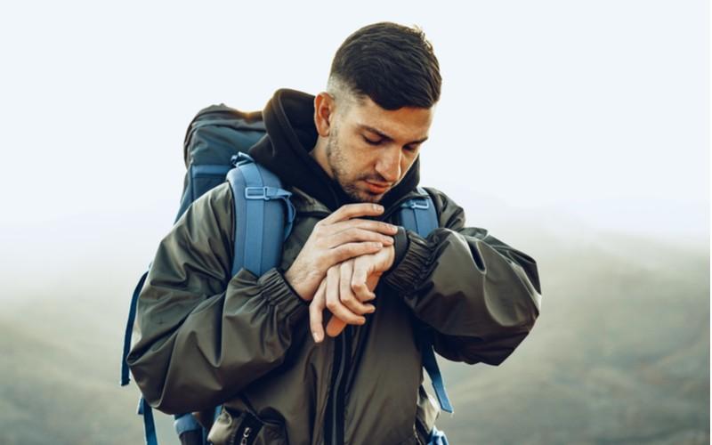 Muž s hodinkami na horách