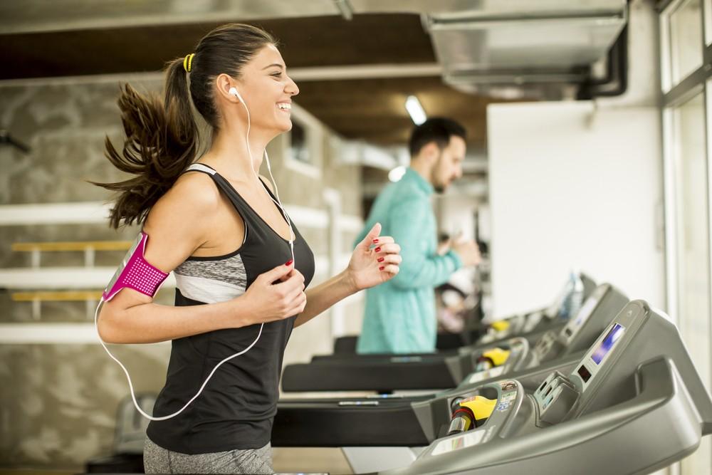 Poslech hudby během cvičení na běžeckém pásu.