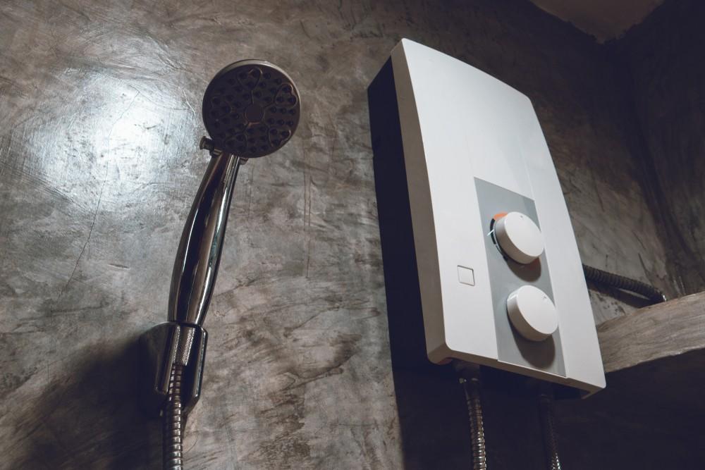 Průtokový ohřívač vody v koupelně