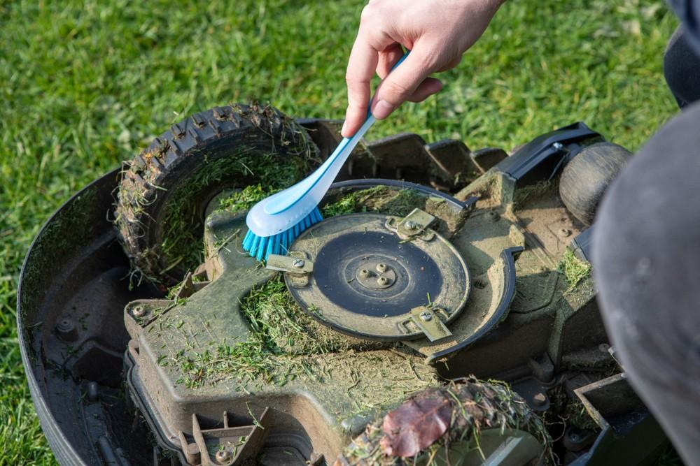 robotická sekačka - čištění od trávy