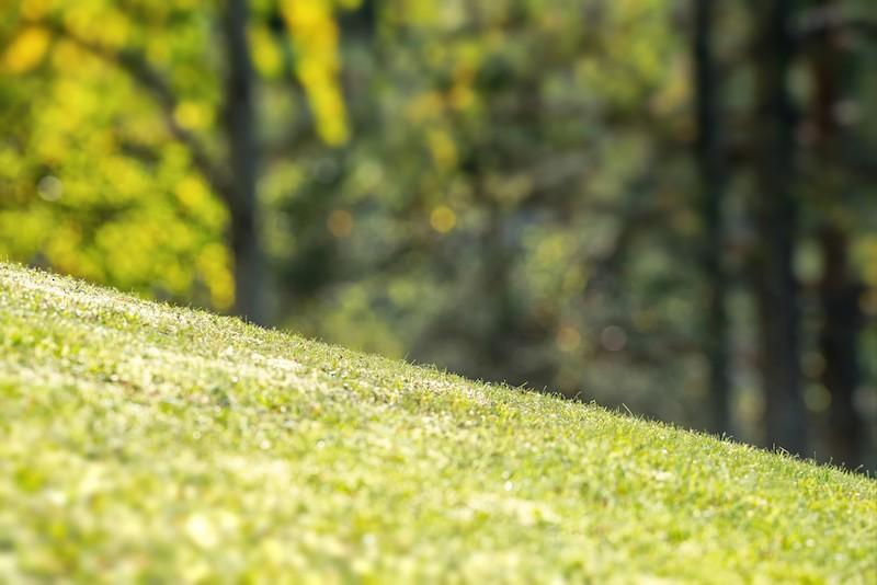 sklon svahu trávníku