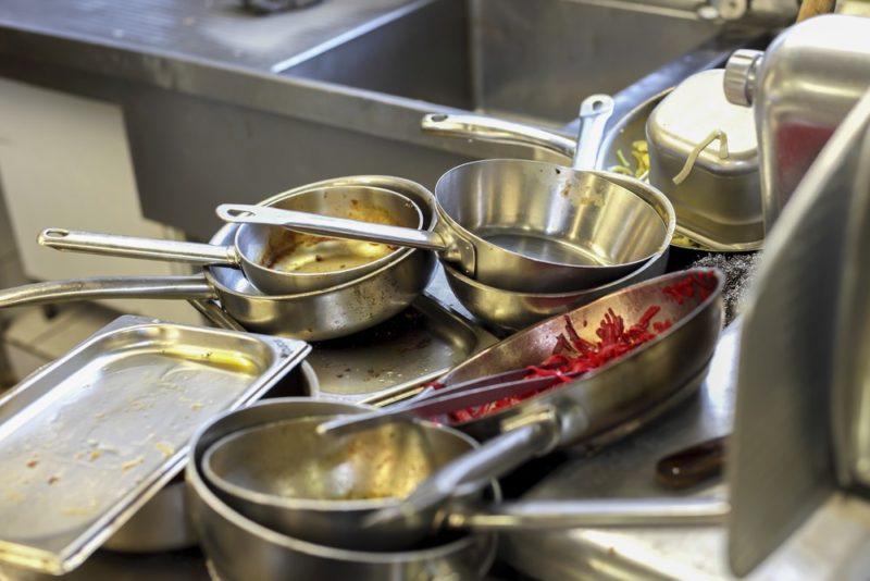 Špinavé nádobí v umyvadle
