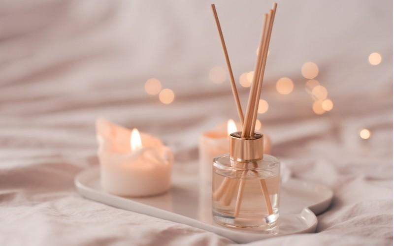 Tyčinkovitý difuzér - dřevěné paličky v lahvičce s parfémem