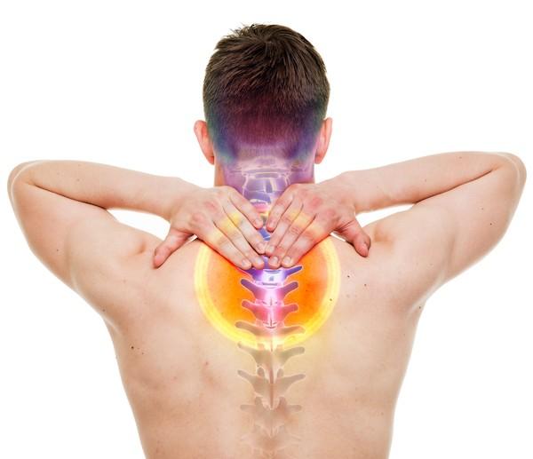Muž s bolestí krční páteře