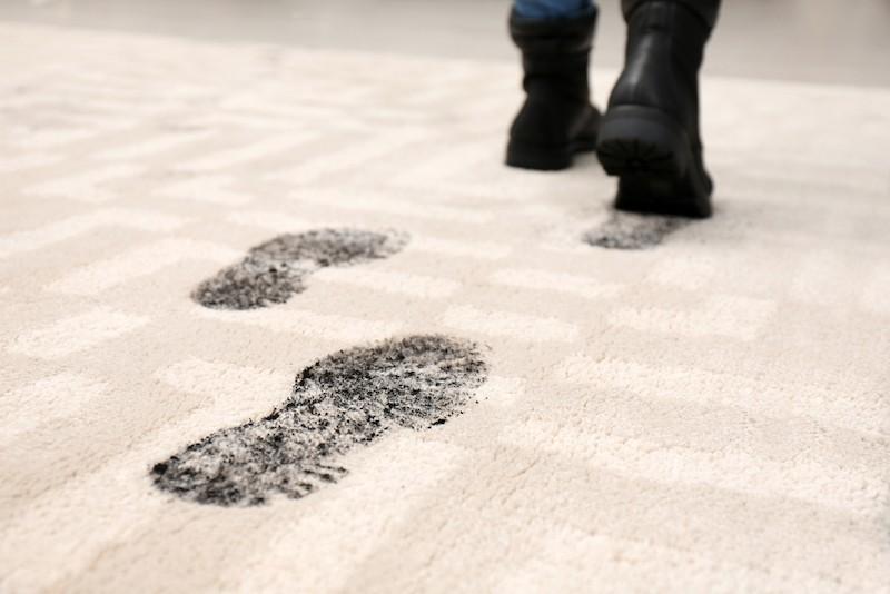 Špinavé boty na koberci