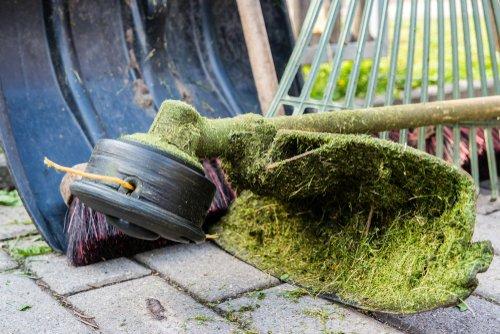 Zaschnutá tráva na krovinoreze