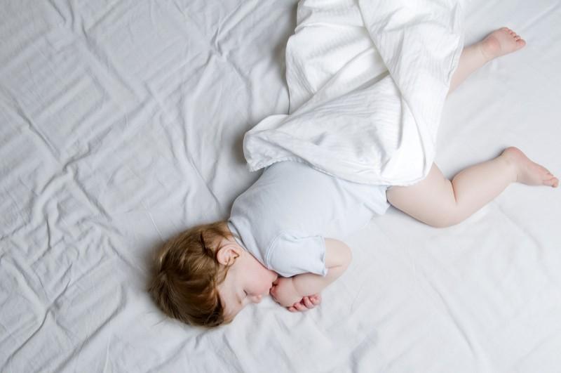 dítě během spánku na posteli