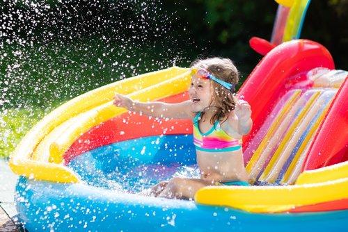 Dítě se hraje v nafukovacím bazénu