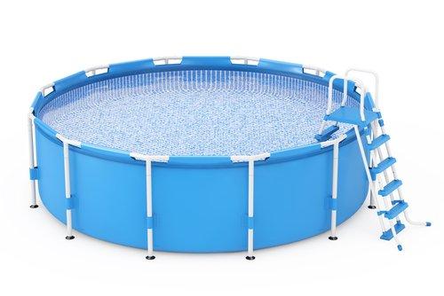Modrý bazén s pevnou konstrukcí a tělem z fólie