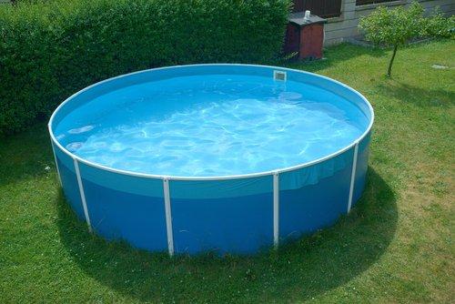 Modrý kruhový bazén s pevnou konstrukcí