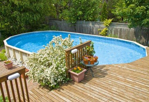 Oválný bazén v blízkosti stromů