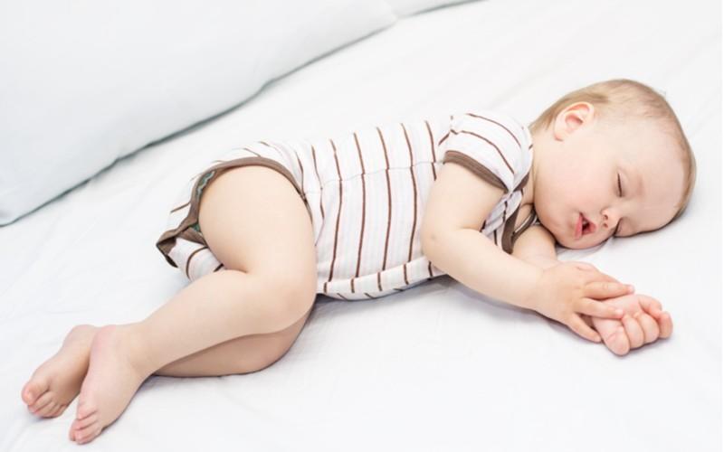 spánek dítěte na posteli