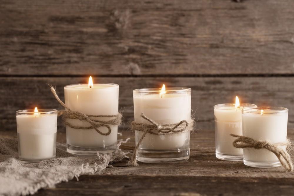 svíčky na dřevěném pozadí