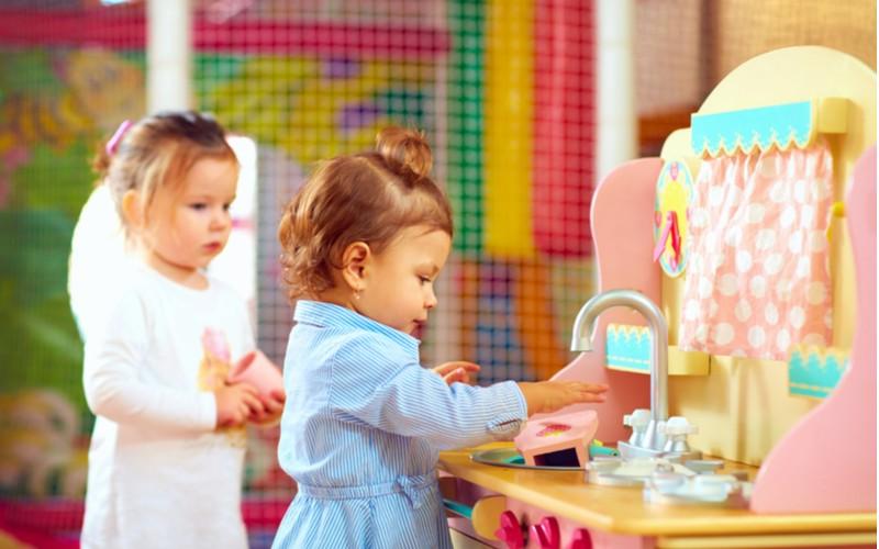 děti si hrají v dětské kuchyňce