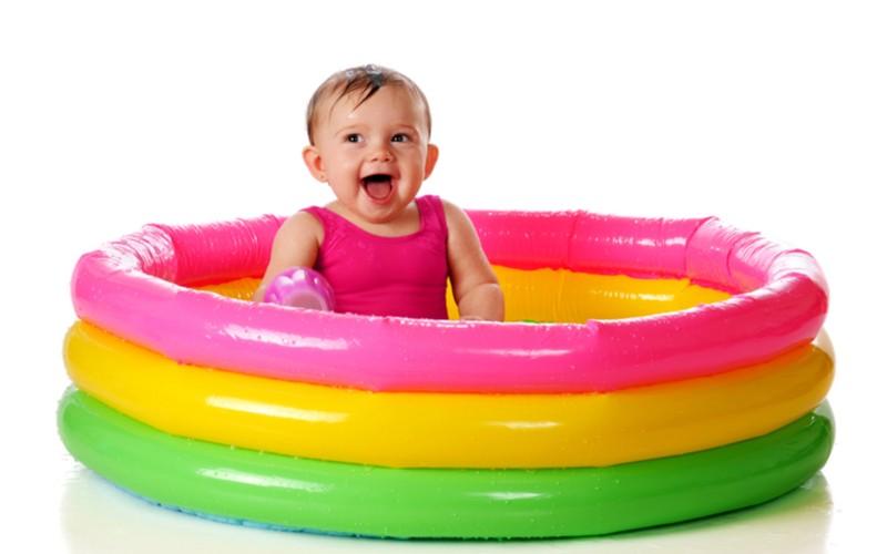 dítě v barevném bazénu