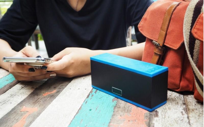 modro-černý přenosný bluetooth reproduktor