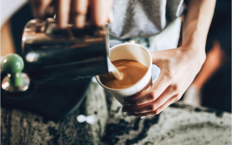 napenené mlieko z napeňovača do kávy