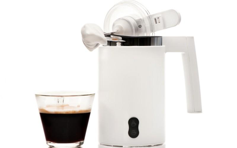 Napěňovač mléka a káva