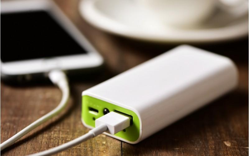 bílo-zelená powerbanka nabíjí telefon, jak si správně vybrat