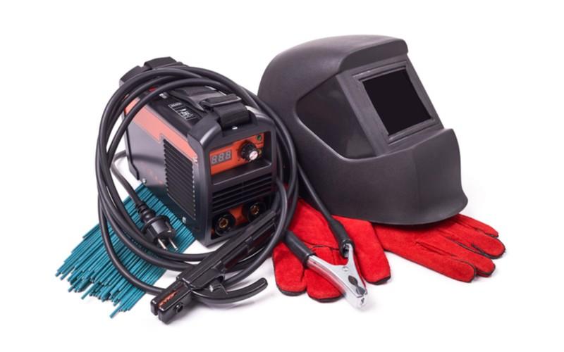 svářečka s kuklou, elektrodami a rukavicemi