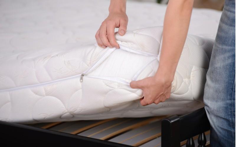Bílý potah na matraci se zipem