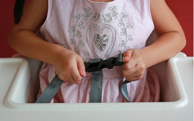 dítě v sedačce na krmení, popruhy bezpečnost