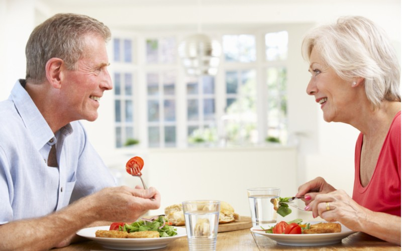 Manželský pár seniorů obědvá - vyvážená strava
