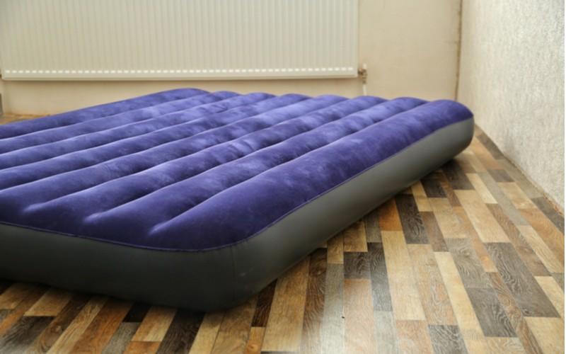 Modrá nafukovací postel