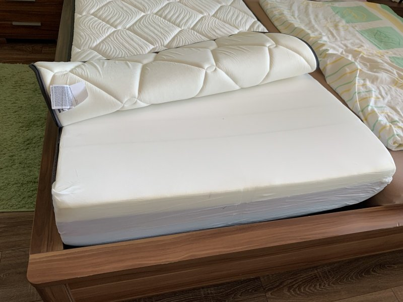 Odzipsovaný potah na matraci