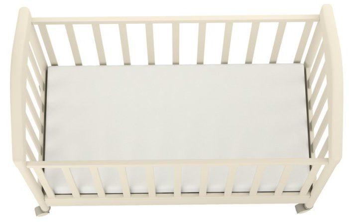 Rozměr přesně sedí - bílá dětská matrace v jednoduché bílé postýlce