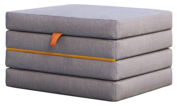 šedý skládací matrace složená ze 4 částí