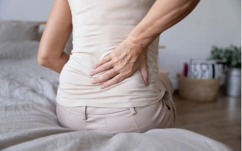 Žena s bolestí zad a matrace