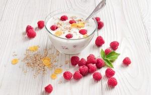 domácí jogurt s malinami a ovsem