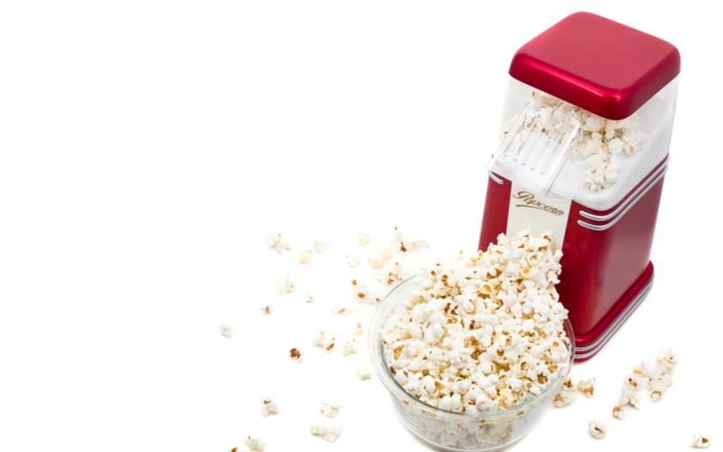 domaci popkornovac a miska popcornu