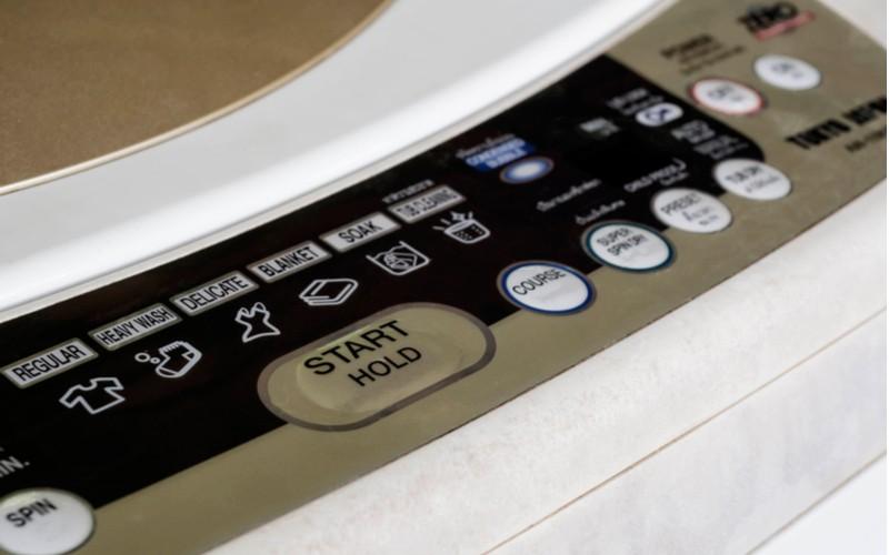 Ovládací panel pračky plněné shora