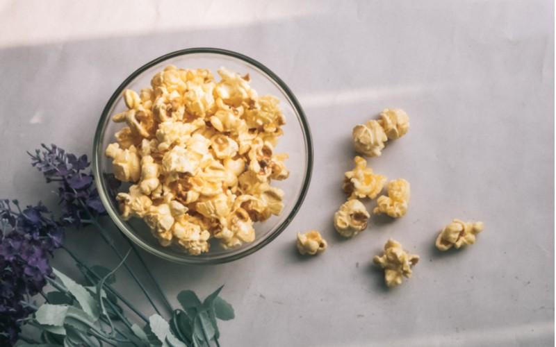 plná prosklená miska s popcornem