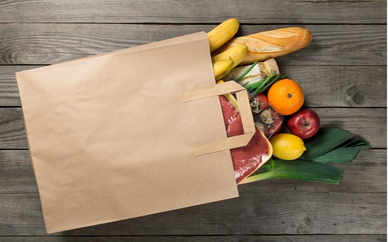 potraviny v papírové tašce