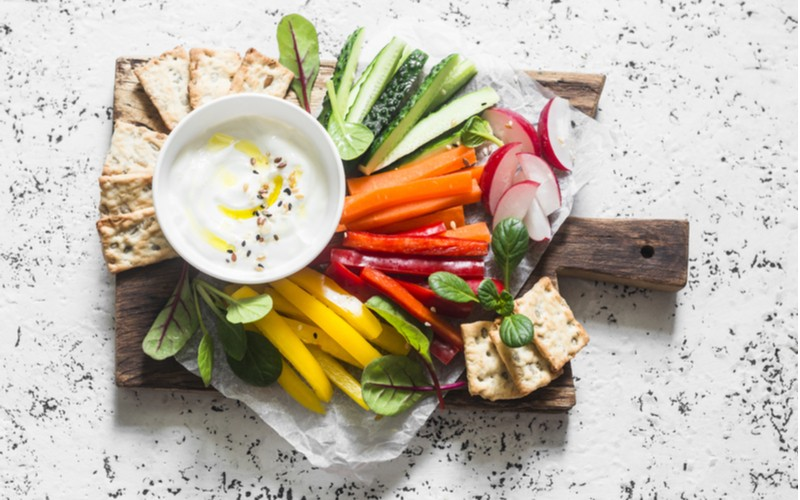 řecký jogurt a čerstvá zelenina