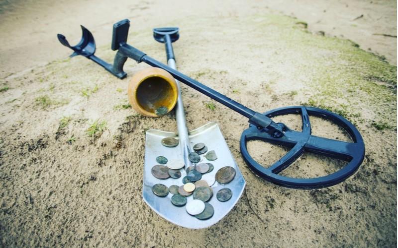 různé mince nalezeny pomocí detektoru kovů