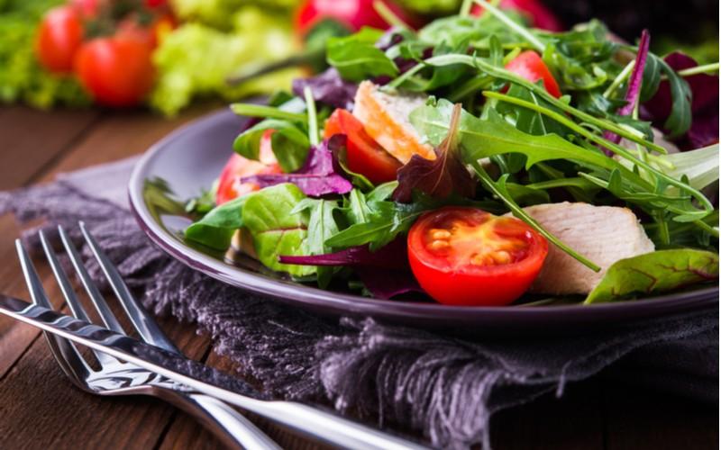 Salát Mesclun jako příloha k jídlu
