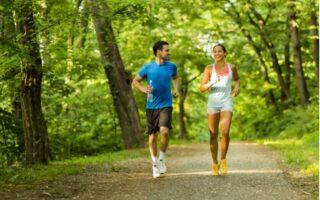 běhající pár venku v přírodě
