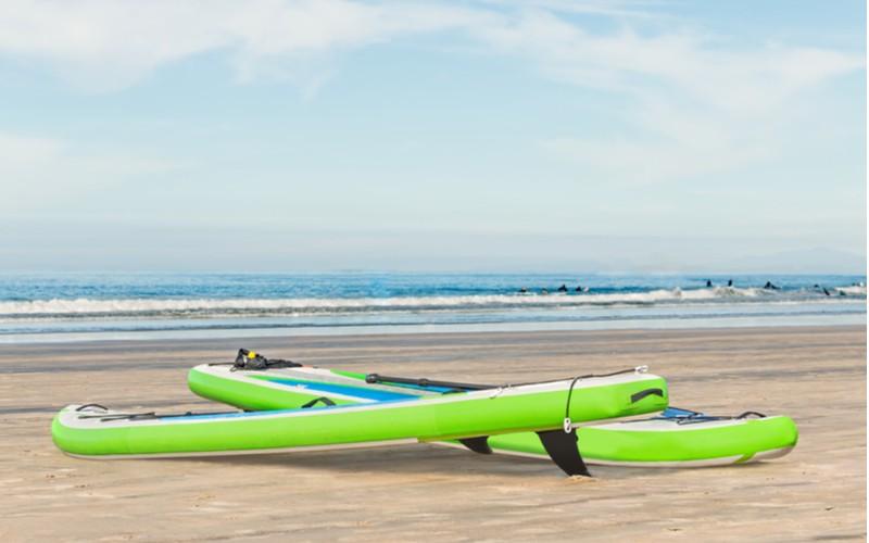dva paddleboard na pláži