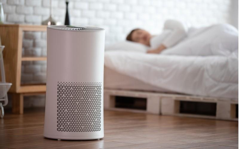 Ionizátor vzduchu u postele v které spí žena