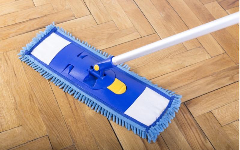 modrý mop na dřevěné podlaze