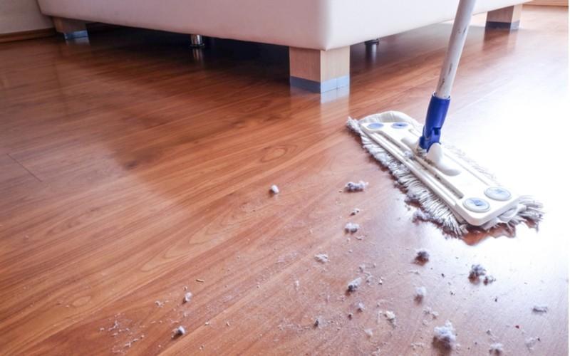 mop a špinavá plovoucí podlaha