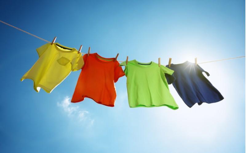 Pověšené barevné prádlo na šňůře